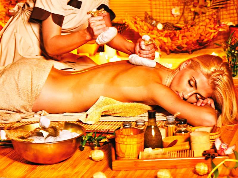 Teplá bylinková masáž